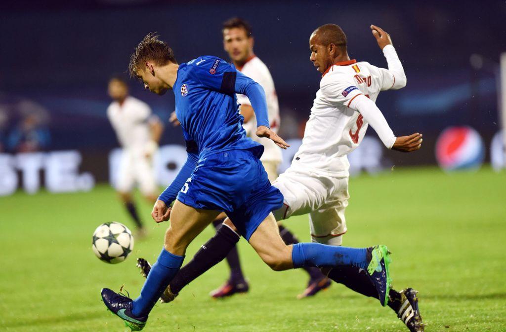 Der 20 Jahre junge Borna Sosa aus Zagreb (in Blau) soll die linke Abwehrseite des VfB beleben. Foto: AFP