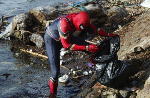 Spiderman sammelt auf der Insel Sulawesi Müll