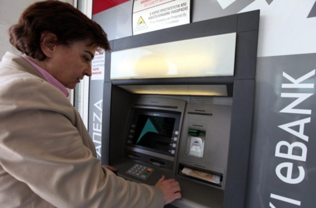 Die Bankautomaten werden immer wieder aufgefüllt. Foto: EPA
