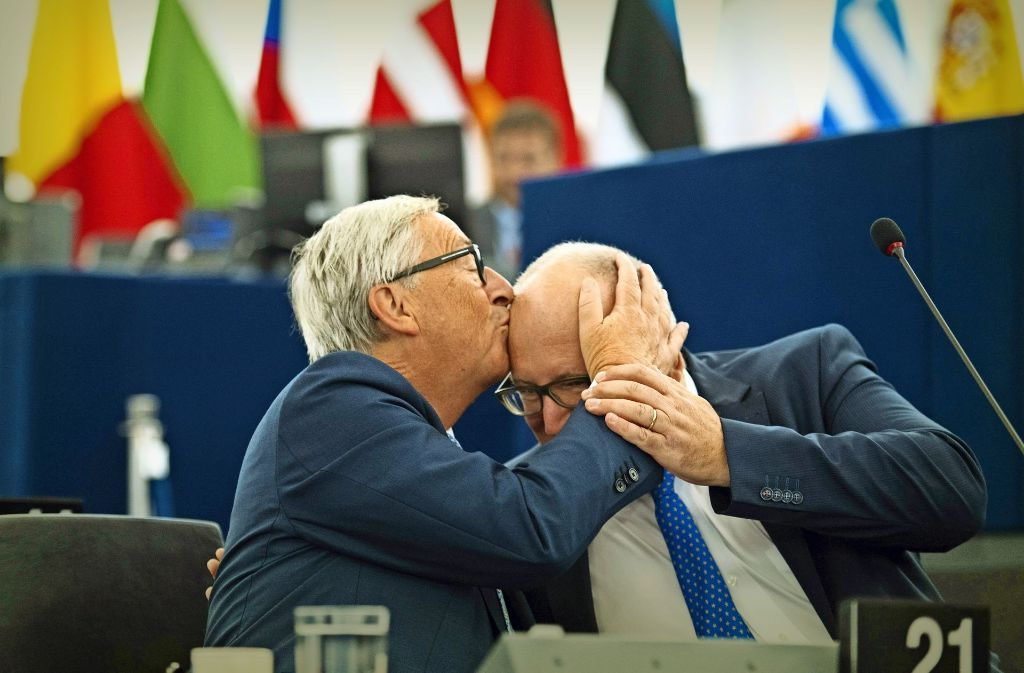 EU-Kommissionspräsident  Jean-Claude Juncker (links) küsst seinen Stellvertreter  Frans Timmermans vor seiner Rede im Europäischen Parlament. Foto: AFP, dpa
