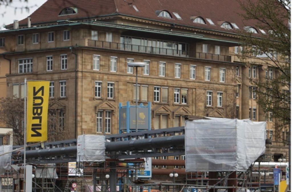 Das Gebäude der ehemaligen Bahndirektion soll während der Tunnelbauarbeiten für Stuttgart 21 vorübergehend auf Stützen ruhen. Foto: Michael Steinert