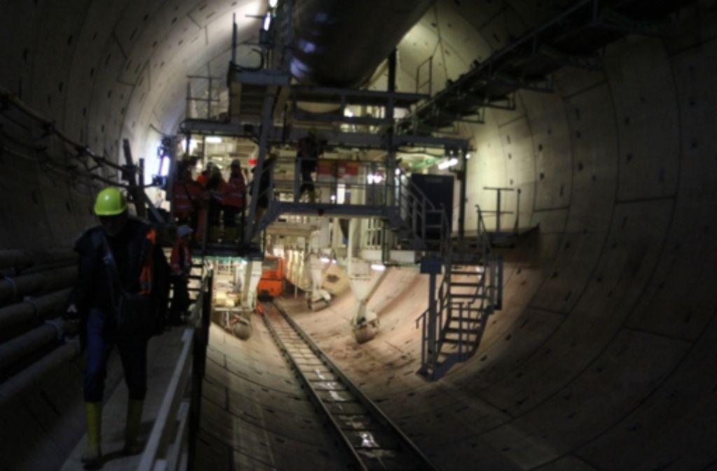 Das Ende der Maschine: Von dort bis zum Schneidrad, das sich durch den Untergrund fräst, sind es 120 Meter.  Foto: Christian Milankovic
