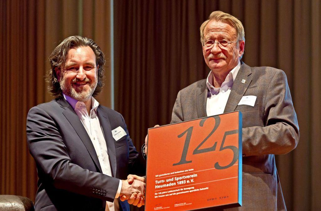 Auch Wolfgang Drexler (rechts), der Präsident des Schwäbischen Turnerbundes, ist gekommen, um dem TSV-Vorsitzenden Matthias Schneider und dem gesamten Verein zum 125-Jahr-Jubiläum zu gratulieren. Foto: Thomas Krämer