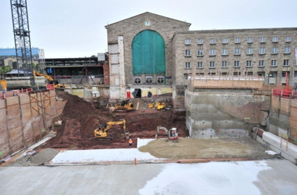 Riesiges Loch: Die Stuttgart-21-Baustelle sorgt für Aufruhr – die Kosten sollen nun doch höher liegen als veranschlagt.  Was Politiker aus der Region dazu sagen sehen Sie in unserer Bilderstrecke. Foto: dpa