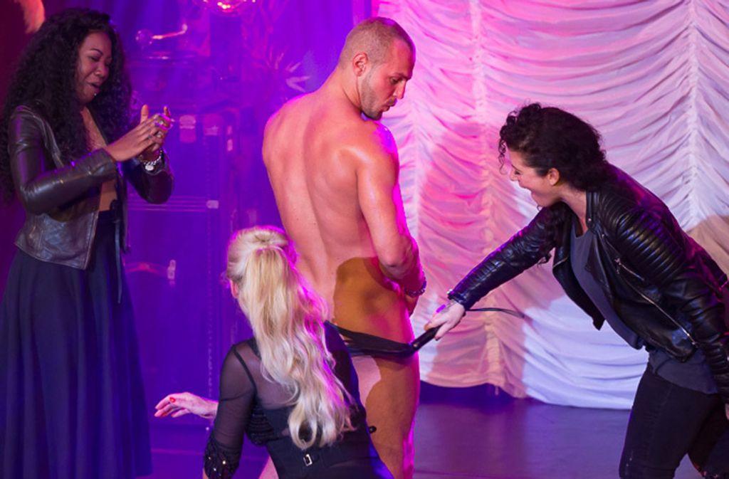"""Runter damit! Bei der """"Devine Teasers Ladies Night"""" helfen Zuschauerinnen beim Entblättern. Foto: Rosephotography"""