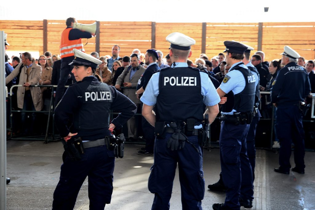 Am Stuttgarter Bahnhof herrscht zu Beginn der Pfingstferien Chaos. Foto: www.7aktuell.de |