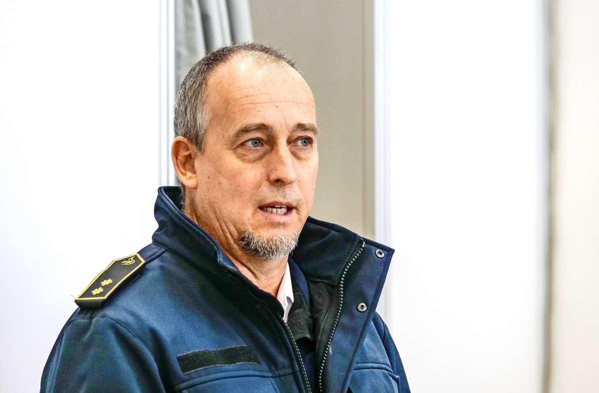 Der Kreisbrandmeister Guido Plischek koordinierte die Ehrenamtlichen. Foto: