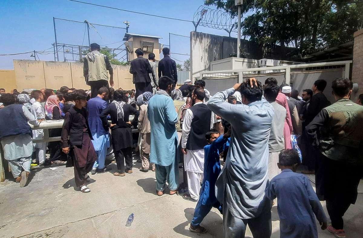 Afghanen versammeln sich vor der französischen Botschaft in Kabul und warten darauf, das Land zu verlassen. Foto: AFP/ZAKERIA HASHIMI