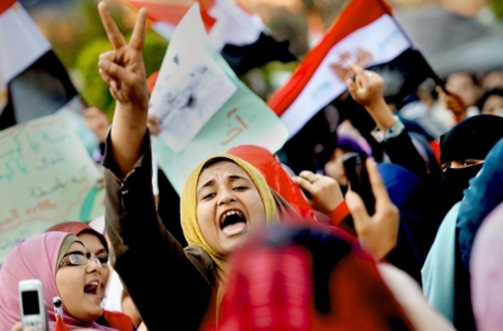 Auf Sicherheitsabstand: ägyptische Frauen demonstrieren am 8.  Februar 2011 auf dem Tahrir-Platz in Kairo in einer separaten Gruppe gegen die Regierung, um nicht mit Männern in Kontakt zu kommen. Foto: dpa
