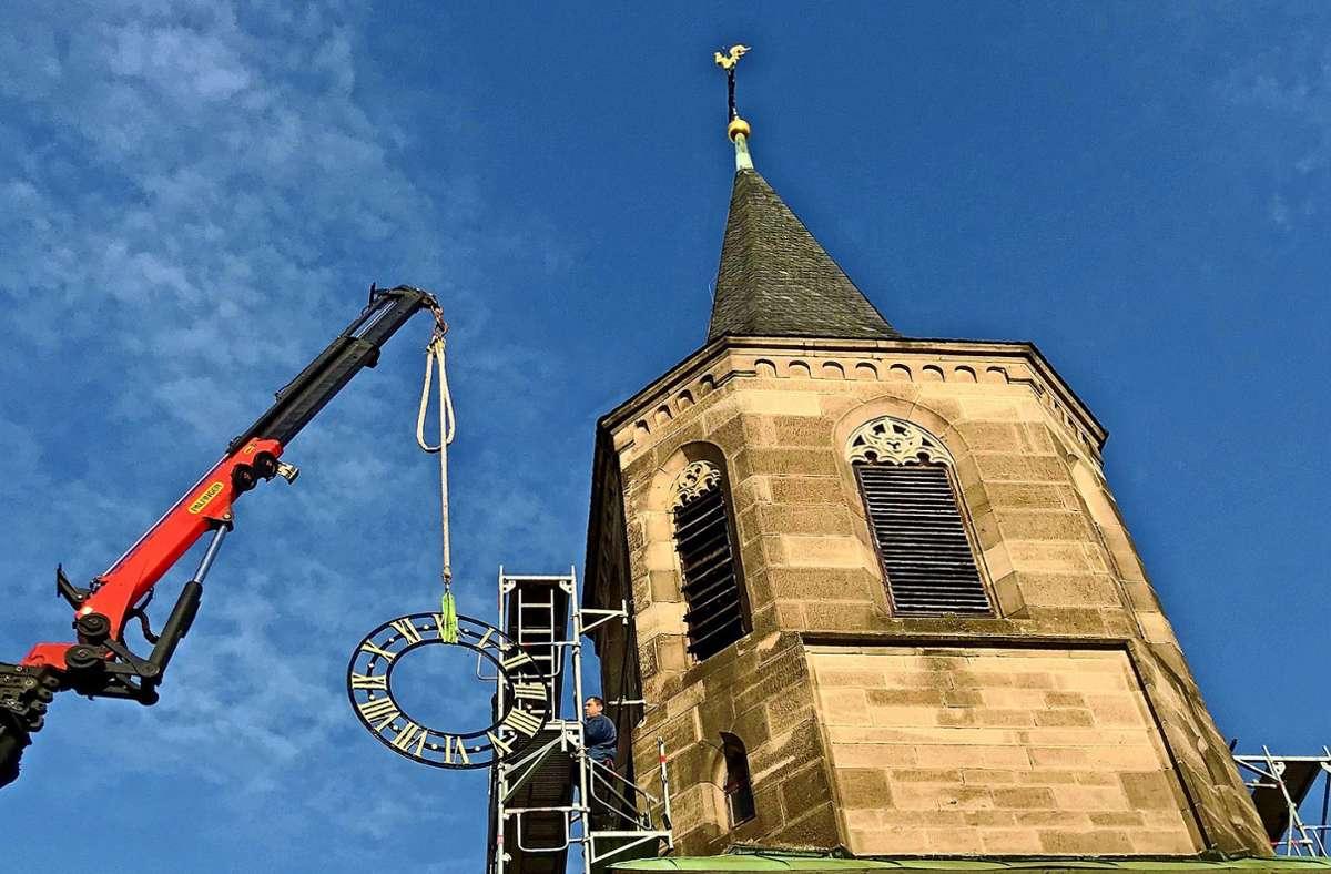 Das angelieferte Zifferblatt war das falsche – der Turm der Martinskirche bleibt eine Woche länger als geplant ohne. Foto: privat