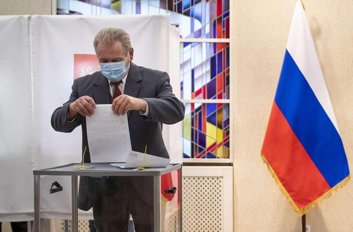 Nach offiziellen Angaben kam die Regierungspartei Geeintes Russland auf fast 50 Prozent der gültigen Stimmen. (Archivbild) Foto: dpa/Mindaugas Kulbis