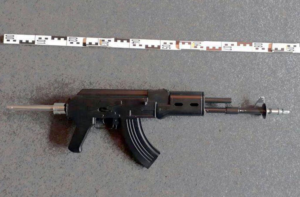 Die Polizei stellte diese Wasserpfeife, die eine große Ähnlichkeit zu einer Kalaschnikow AK-47 darstellt, in Bielefeld sicher. Foto: Polizeipräsidium Bielefeld