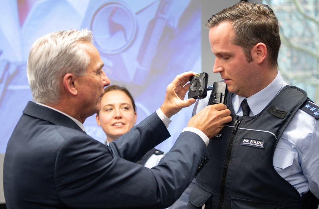 Bis zum Sommer werden 1350 Bodycams verteilt. Foto: dpa