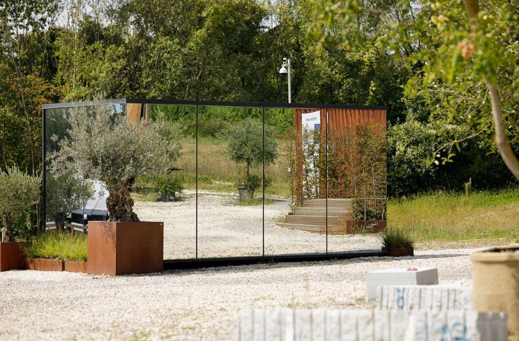 Spiegelwände an drei Seiten – dieses Tiny house in der Weinstädter Schau hat Naturschützer zur Kritik veranlasst. Sie befürchteten, das sei eine Todesfalle für Vögel. Foto: Jan Potente