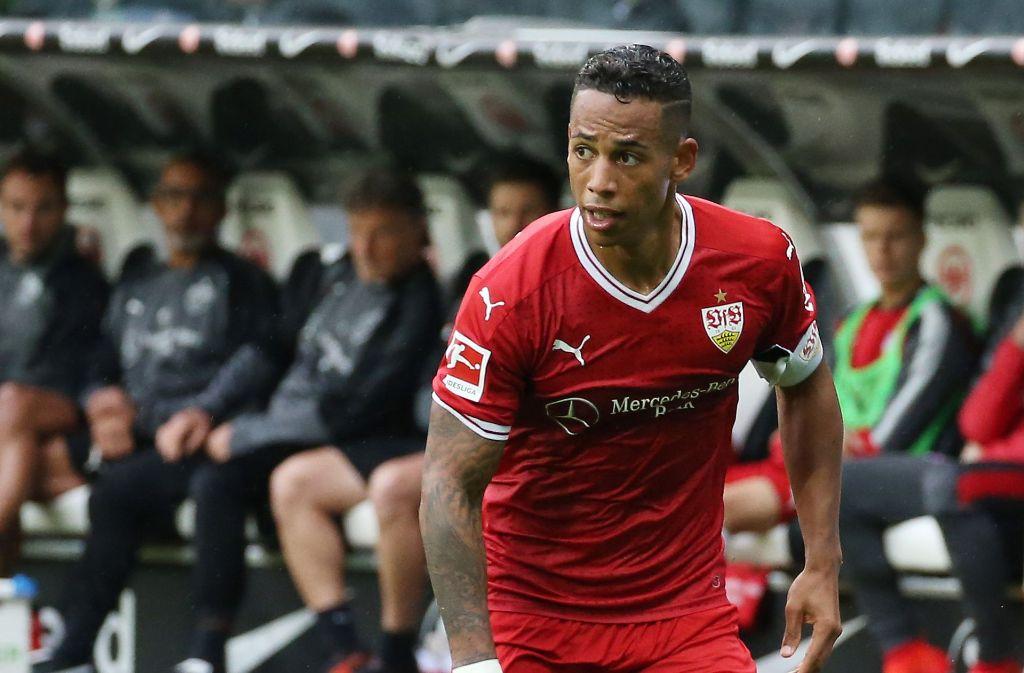 Dennis Aogo trägt beim VfB in Frankfurt die Spielführerbinde – erstmals. Foto: Baumann