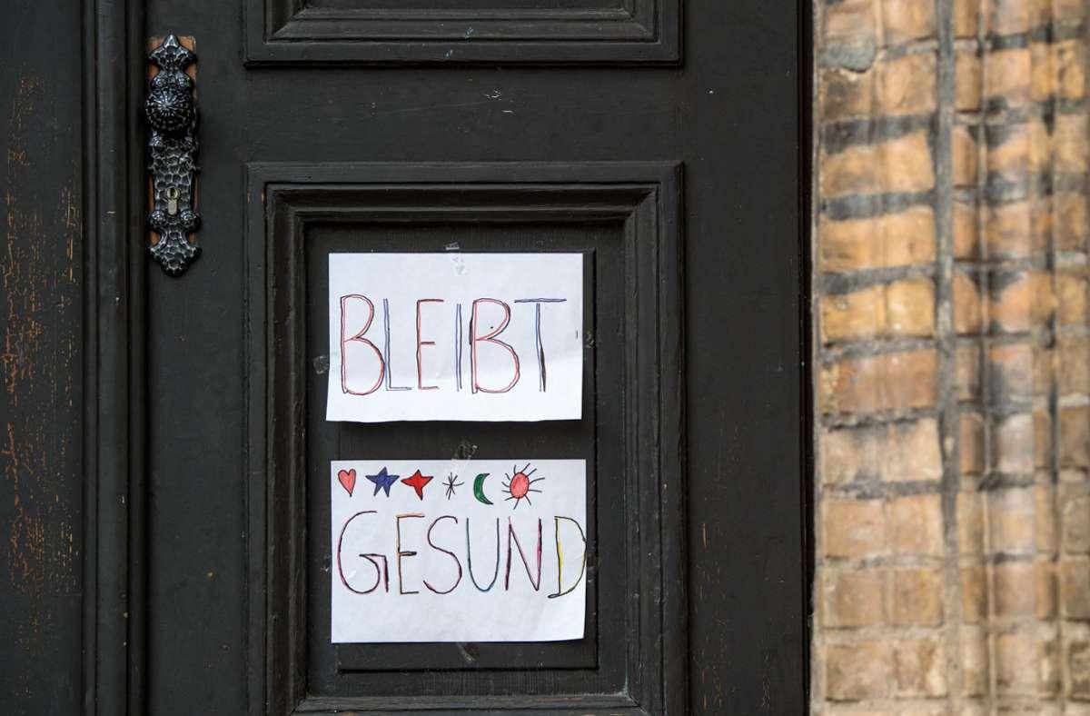 """""""Bleibt gesund"""" steht an einer geschlossenen Grundschultür. (Symbolbild) Foto: dpa/Hendrik Schmidt"""