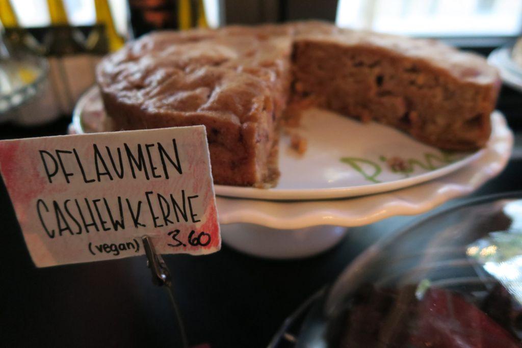 Im Café Da (Brennerstr. 29) wird neben Kaffee eine große Auswahl an hausgemachten Kuchen serviert. Von Omas Käsekuchen (2,90 Euro) bis hin zu veganem Banana Bread (2,30 Euro) wird hier fast alles geboten. Öffnungszeiten: Di-Do 9-18, Fr-Sa 9-20 Uhr. Mehr Infos unter cafeda.de Foto: Alla Lukashova