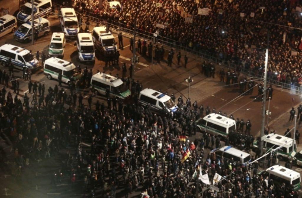 Legida (vorne) und Nolegida (hinten) – als Teilnehmer der beiden Demonstrationen sich in Leipzig trafen, kam es zu Tumulten. Weitere Bilder vom Mittwochabend zeigt die folgende Bilderstrecke. Foto: AP