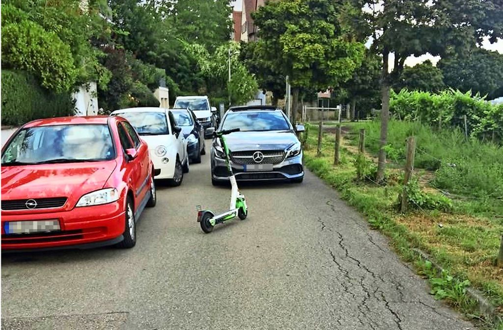 Ein Miet-E-Scooter blockiert als Falschparker die Straße Rebhalde im Stuttgarter Norden. Foto: Decksmann