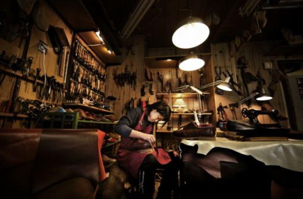 Leder, Leisten, Messer, Zangen – und mittendrin: Keiko Fukumitsu. Sie hat in Japan ihren Job als Sekretärin aufgegeben, macht jetzt lieber Schuhe. Foto: Heiss
