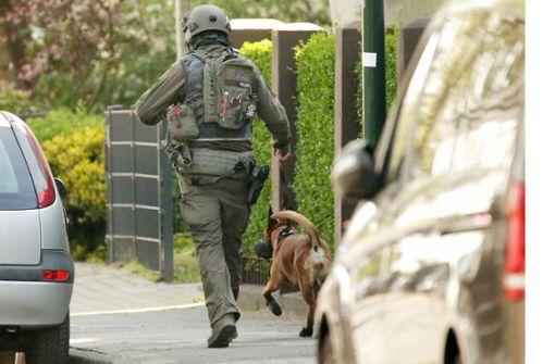 Spezialeinheit erschießt Randalierer - Polizeihund verletzt