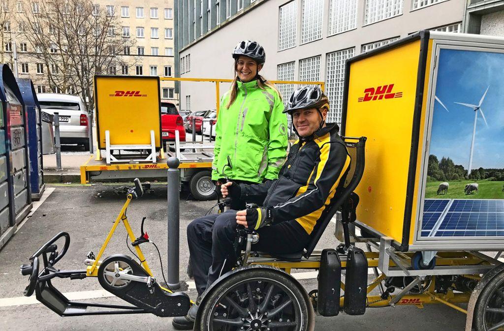Entspannte Kurierfahrer: Veronika und Levente Zavodi Foto: Martin Haar