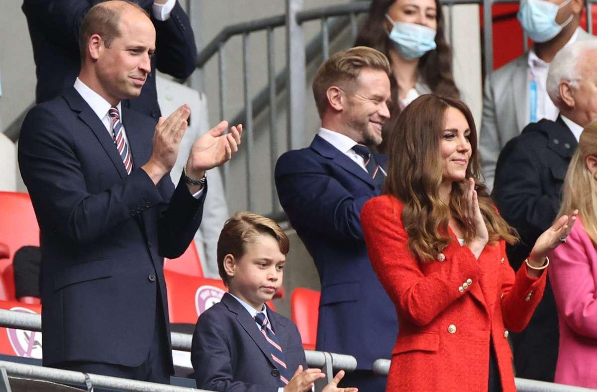 Gemeinsam mit Frau Kate (39) und Sohn George (7) verfolgt Prinz William das Spiel. Foto: dpa/Christian Charisius