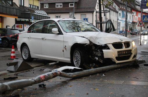 BMW-Fahrerin prallt frontal auf Laternenmast