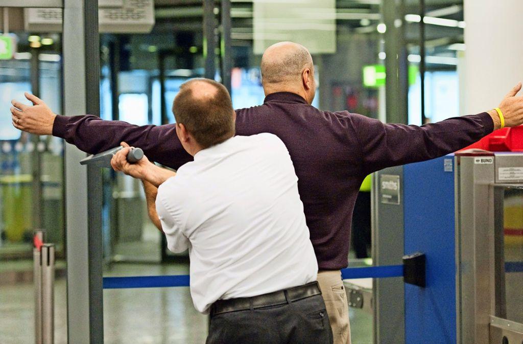 Bis zu 400 Kräfte sind am Stuttgarter Flughafen allein mit der Personenkontrolle beschäftigt. Foto: dpa