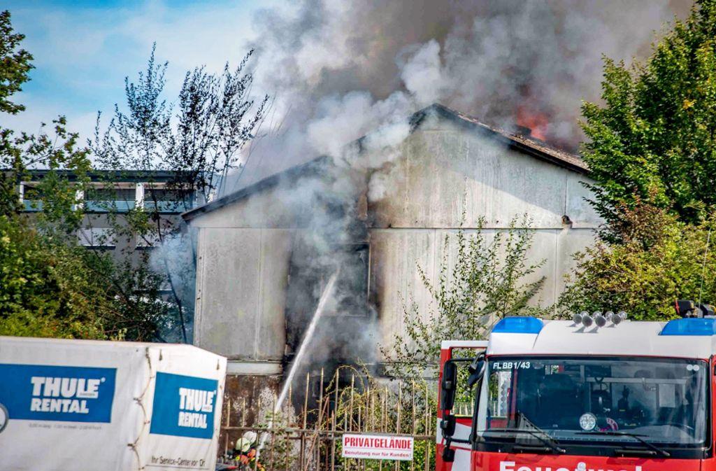 Während der Löscharbeiten stürzte das Dach des Gebäudes ein. Die Rauchsäule  war weithin sichtbar. Foto: 7aktuell.de/ MG