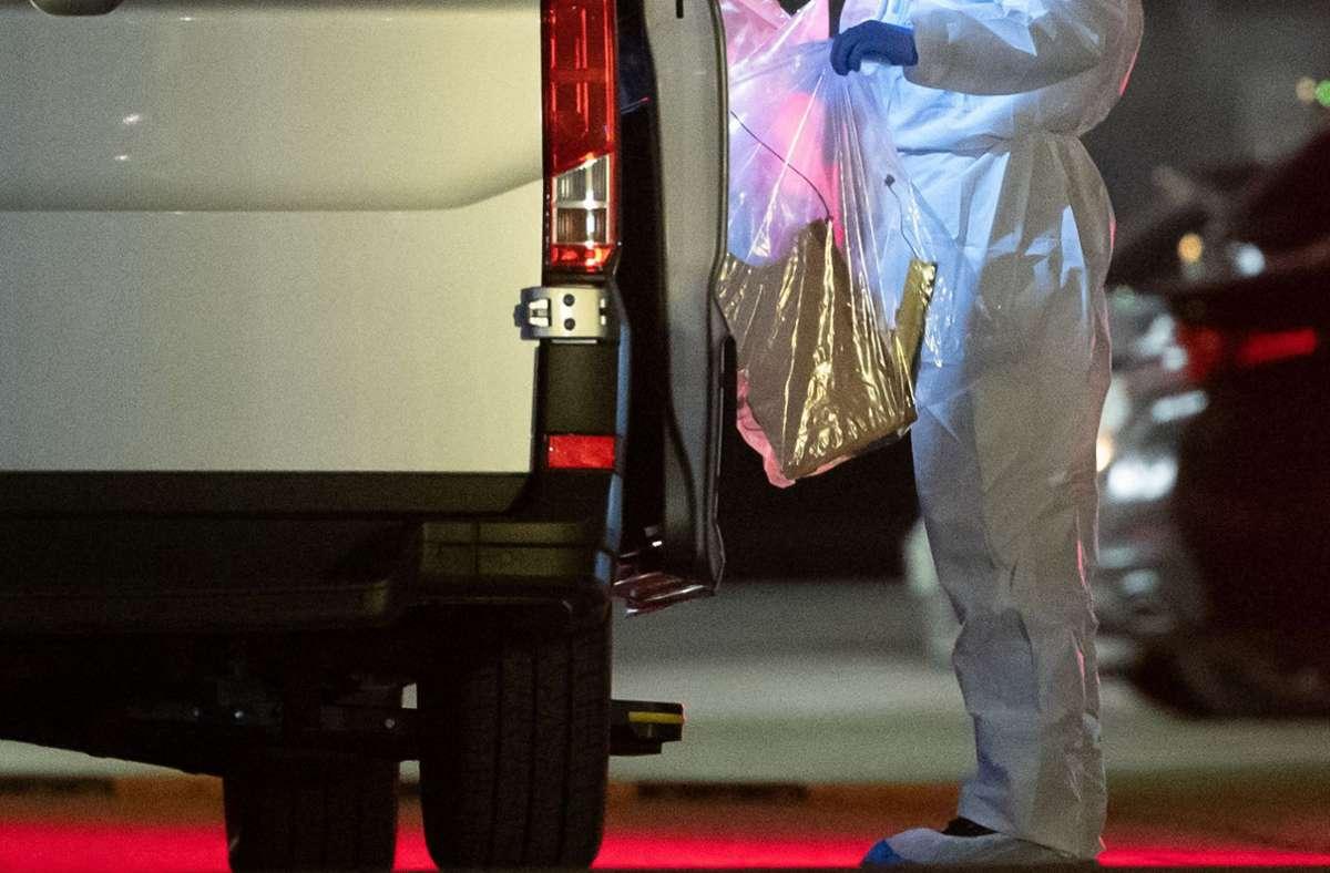 Ein Forensiker sichert am 17. Februar Beweismittel an der Lidl-Zentrale in Neckarsulm. Foto: AFP/SEBASTIAN GOLLNOW