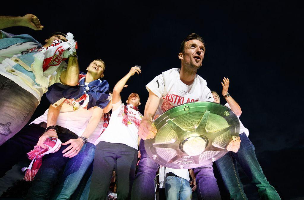 Christian Gentner mit der Schale – die Fans wurden am Sonntagabend bei der Public-Viewing-Party bestens unterhalten. Foto: Bongarts