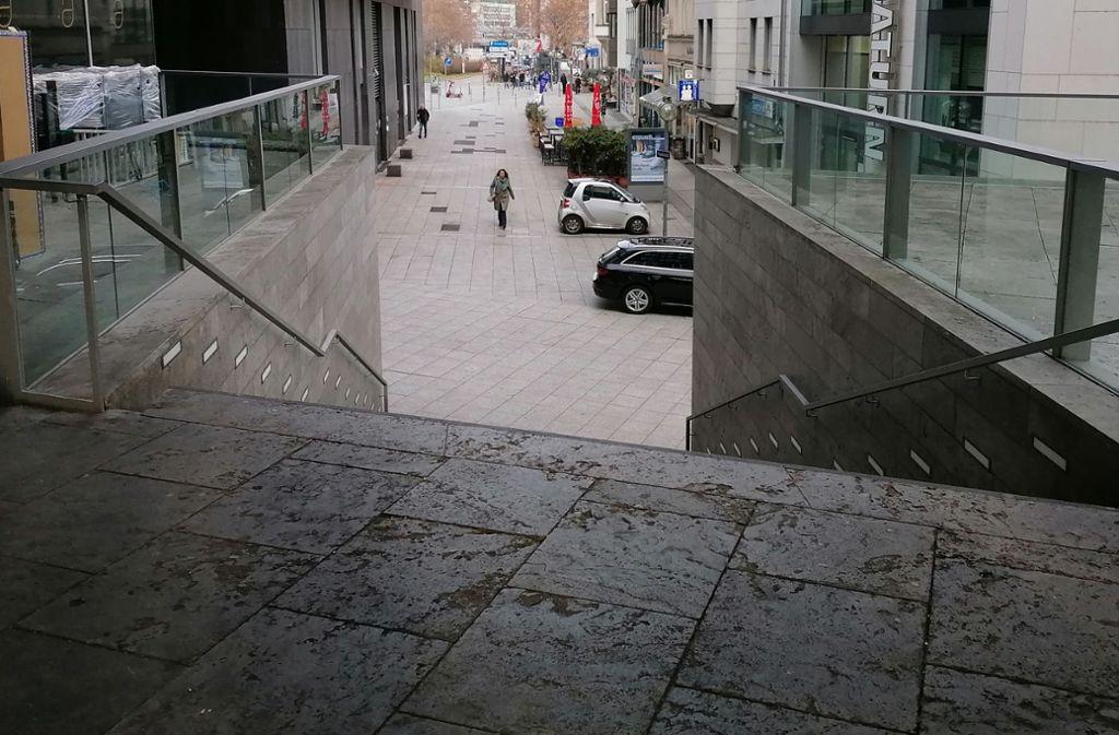 An dieser Treppe wurde der 58-Jährige schwer verletzt aufgefunden. Foto: Andreas Rosar Fotoagentur Stuttgart