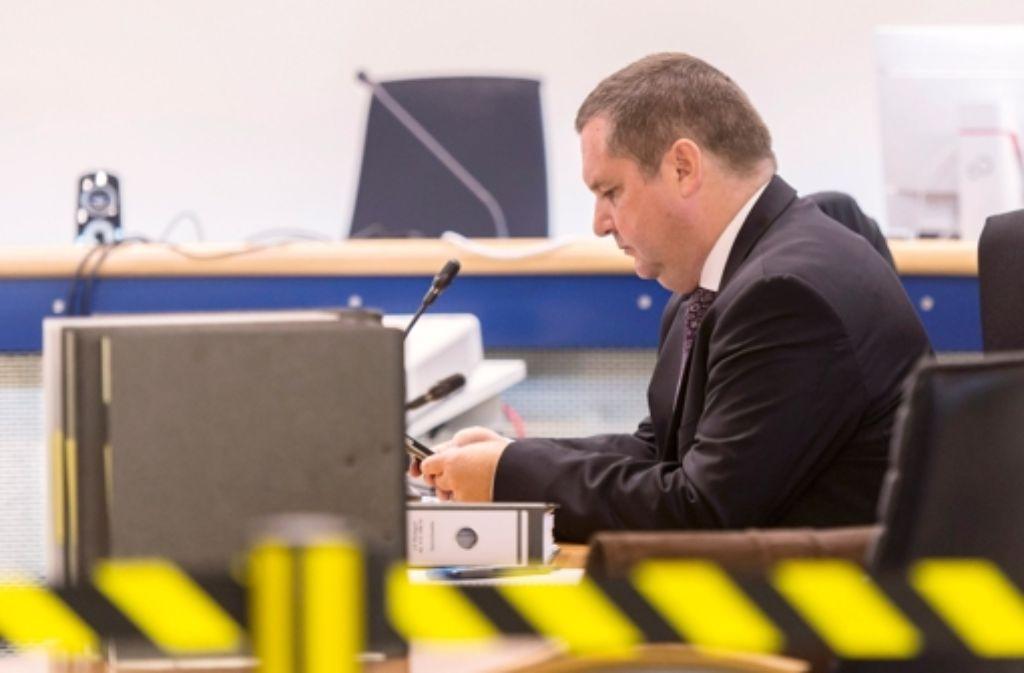 Hinter schwarz-gelbem Absperrband:  Stefan Mappus im Oktober  bei Gericht Foto: dpa