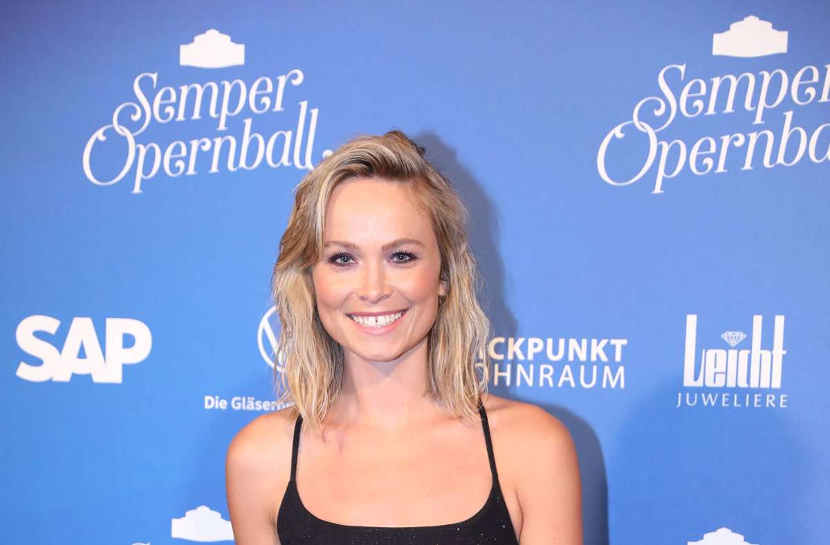 """Die ehemalige """"Miss Germany"""" Nadine Berneis unterstützt ihre Kollegen. Foto: imago images/xcitepress/Christian Essler"""