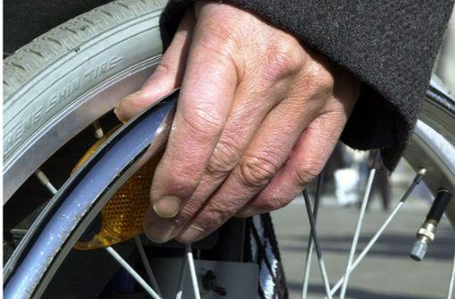 Mann will mit Rollstuhl auf die Autobahn fahren