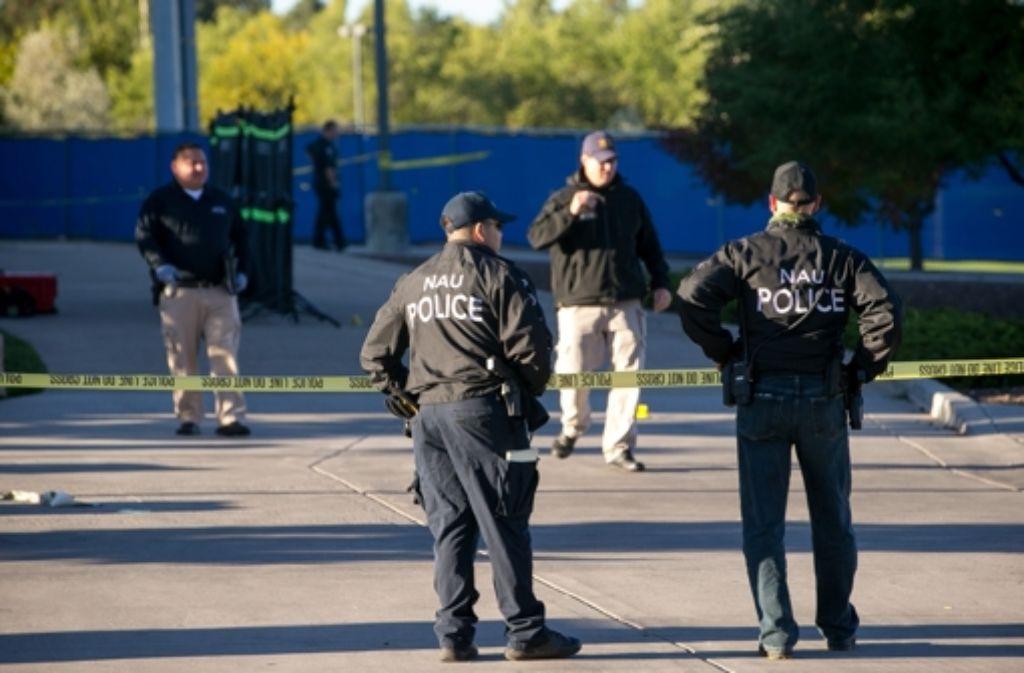 Polizeibeamte stehen nach der Schießerei auf dem Campus der Universität in Flagstaff. Foto: AP