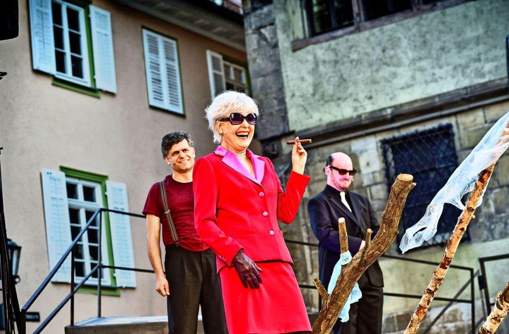 """Die WLB spielt """"Der Besuch der alten Dame"""" draußen, Sabine Bräuning  die Zachanassian im roten Kostüm. Foto: Patrick Pfeiffer"""