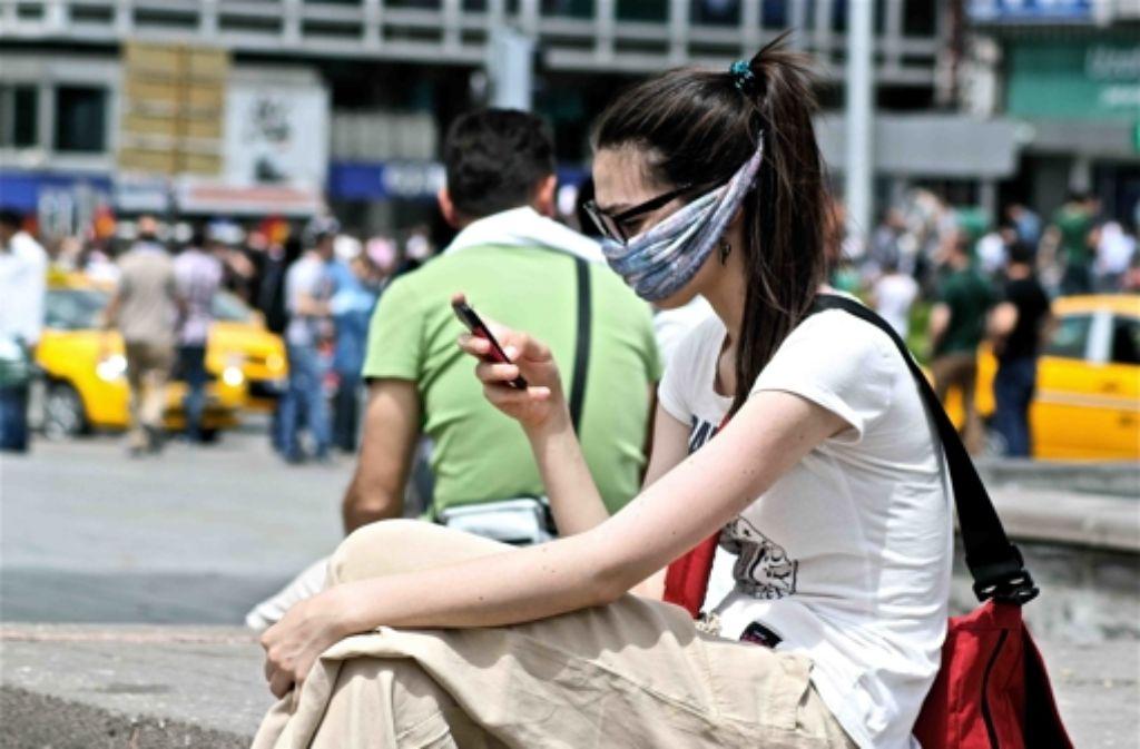 Per Smartphone gelangen die Protestbilder rasch in die sozialen Netzwerke. Foto: Wagner
