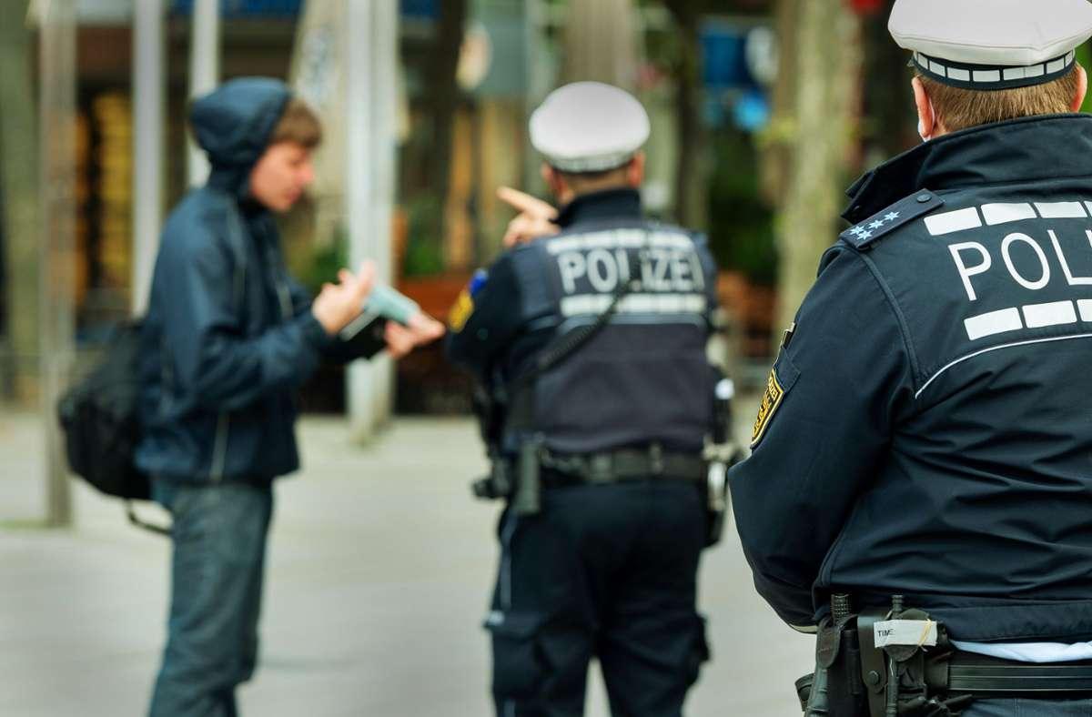 Die Polizei weist am Mittwoch Fußgänger auf die Maskenpflicht im Stuttgarter Cityring hin. Foto: Lichtgut/Leif Piechowski