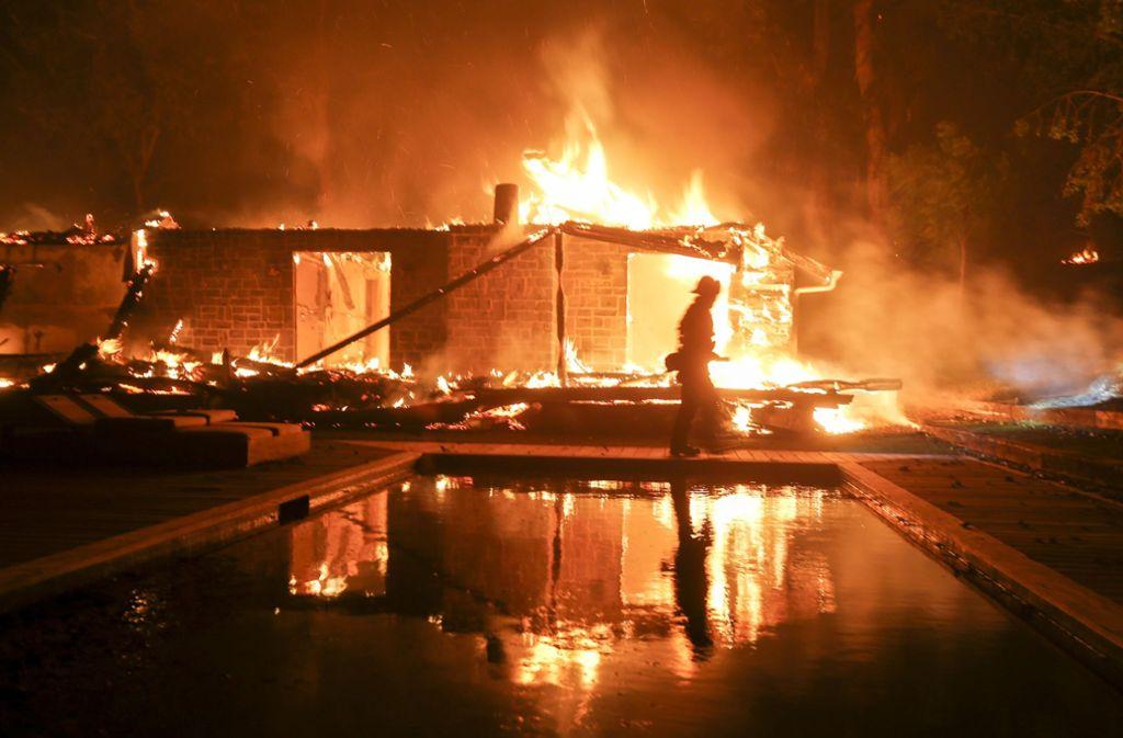Die Brände haben den Promi-Ort Malibu erreicht. Auch dort richten die Flammen großen Schaden an. Foto: AP
