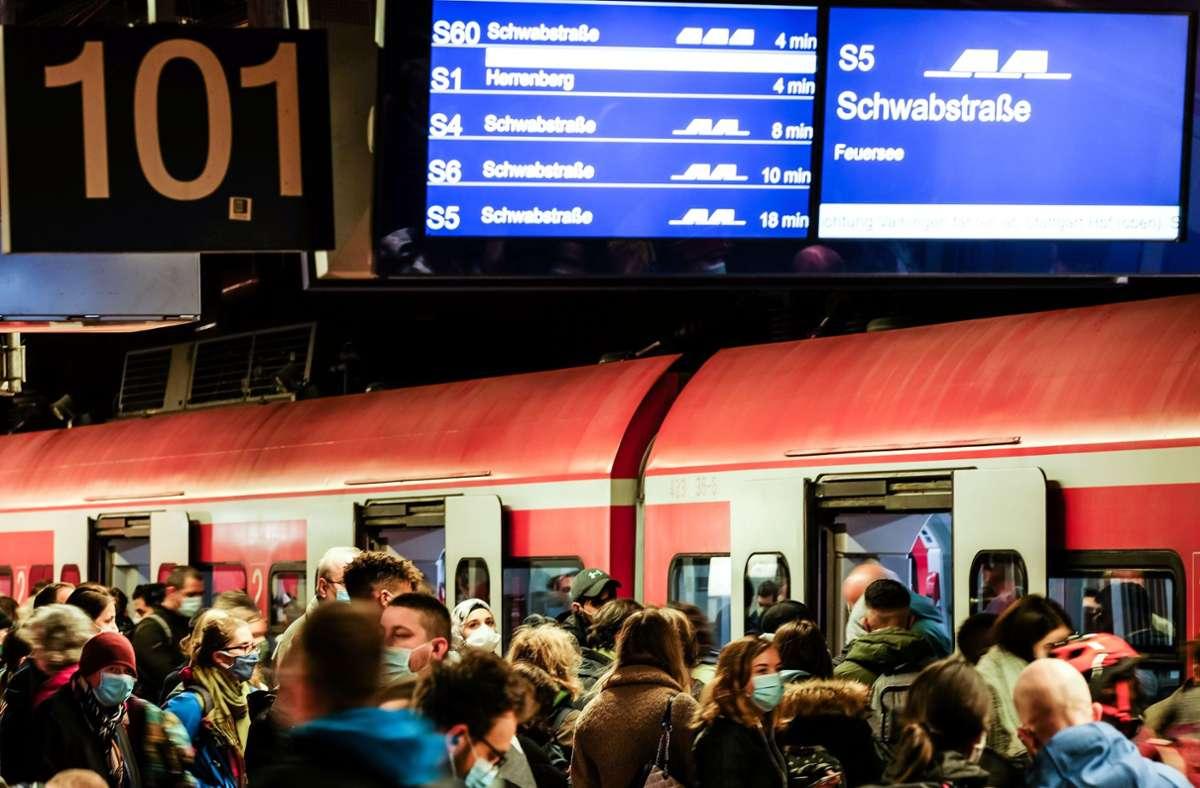 Viele Pendler weichen am Warnstreiktag auf die S-Bahnen aus,  doch auch die liefen wegen einer Signalstörung nicht rund. Foto: Lichtgut/Max Kovalenko