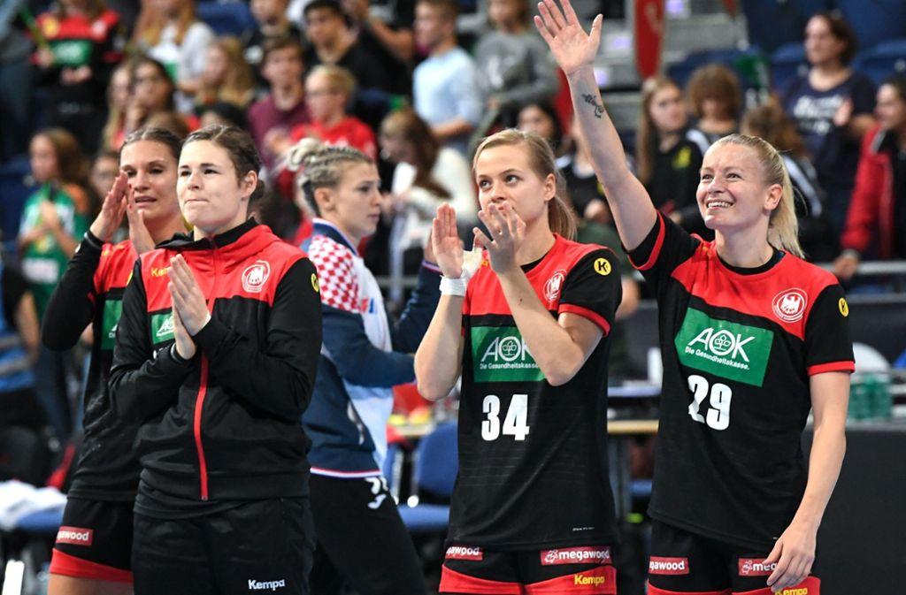 Die Spielerinnen der deutschen Mannschaft jubeln nach dem Sieg gegen Kroatien beim Tag des Handballs in Hannover. Ob sie bei der WM auch jubeln dürfen? Foto: dpa/Sina Schuldt