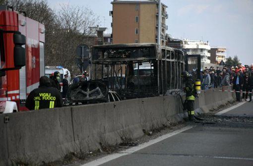 Mann zündet Schulbus in Italien an