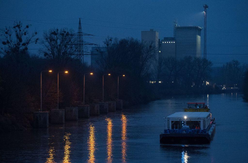 Ein mit Castor-Behältern beladenes Spezialschiff fährt am 16.11.2017 bei Bad Friedrichshall auf dem Neckar (Archivbild). Foto: dpa