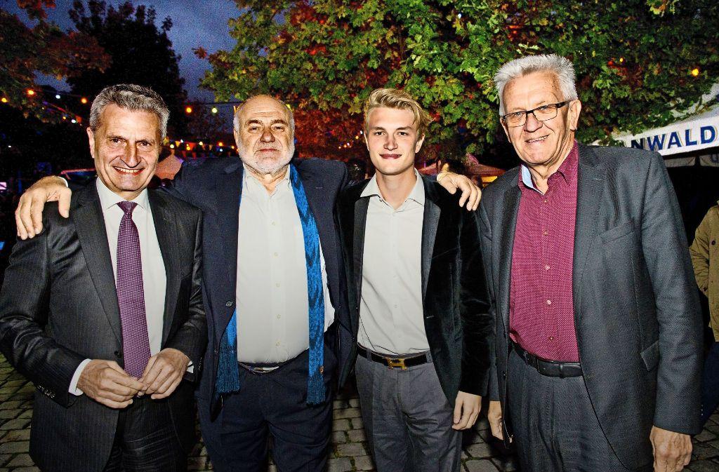 Jubilar mit Gästen: Günther Oettinger, Rezzo Schlauch,  Alexander Oettinger und Winfried Kretschmann (von li.) Foto: Lichtgut -   Willikonsky