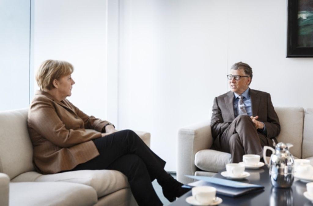 Bill Gates spricht mit Bundeskanzlerin Angela Merkel Foto: Denzel/Bundesregierung/Getty Images