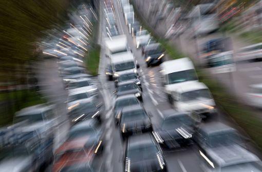 Brennendes Auto verursacht Behinderungen im Berufsverkehr