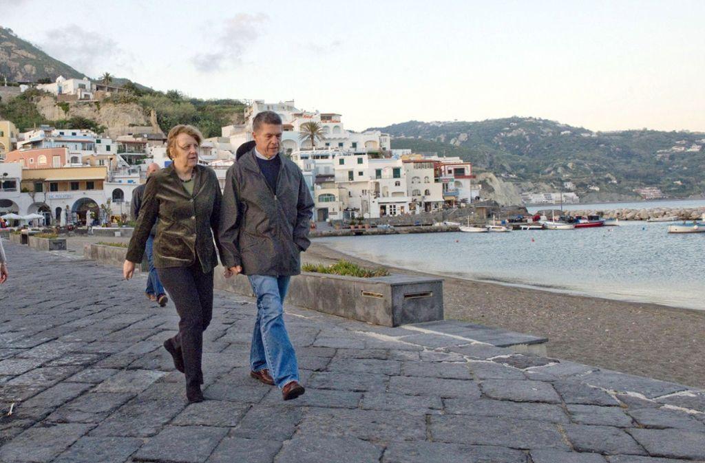 Angela Merkel und ihr Ehemann Joachim Sauer – hier im Jahr 2014 – beim Spaziergang am Meer auf Ischia. Foto: ep
