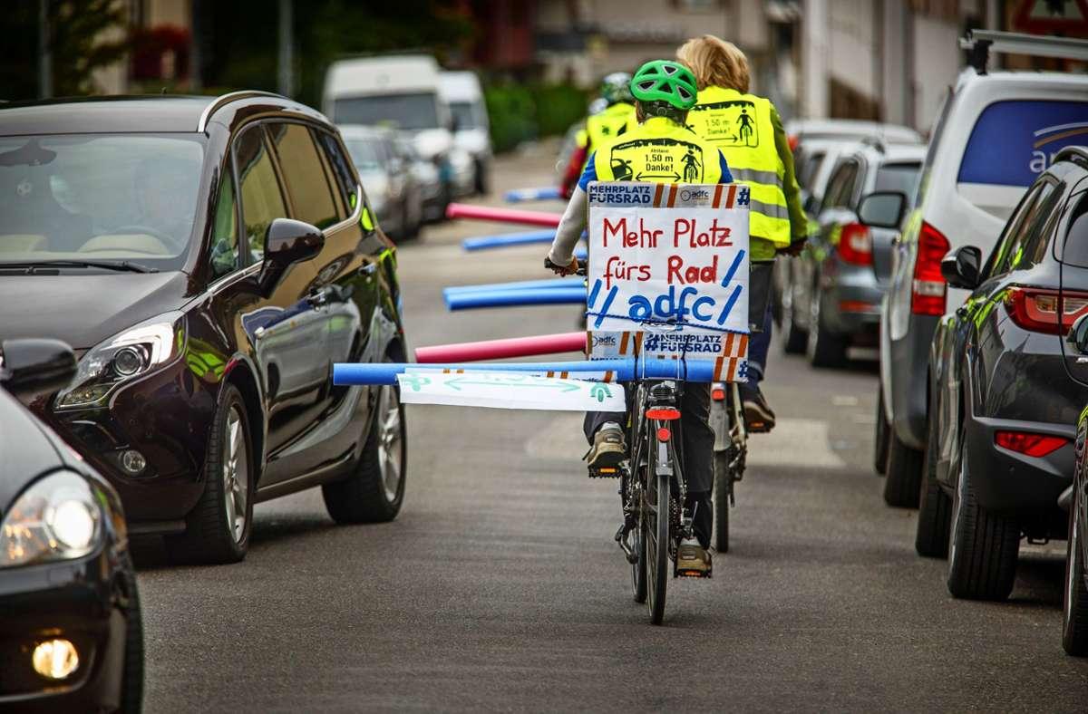 Die  Schwimmnudel am Fahrrad zeigt den nötigen Abstand an. Foto: Gottfried Stoppel